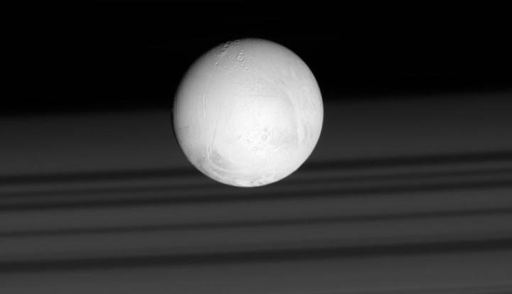 Imagem da Lua de Saturno Enceladus que está coberta de neve via Cassina, NASA