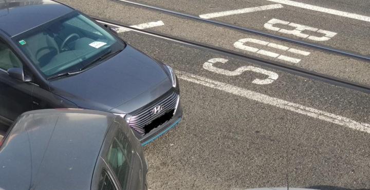Código da Estrada: É legal estacionar onde quiser e ligar os quatro piscas?
