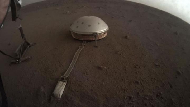 Imagem do  sismómetro colocado pela sonda InSight da NASA na superfície de Marte