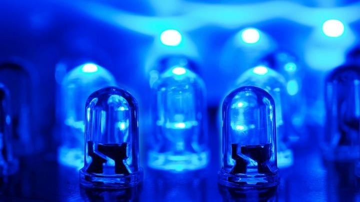 Exposição prolongada a luz azul LED pode acelerar o envelhecimento, mesmo que indiretamente