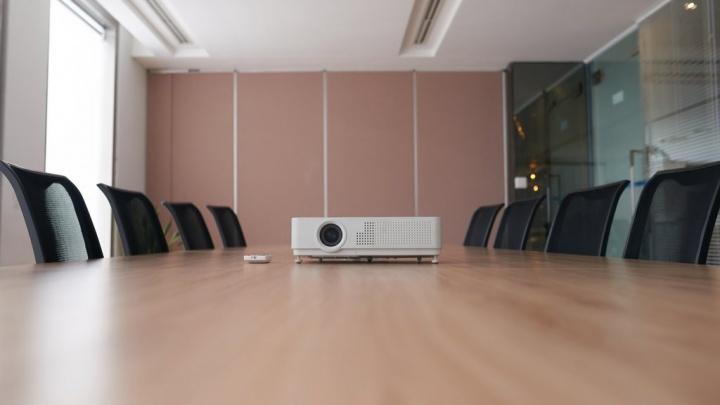 Projetores: procura uma solução para a sua sala de estar ou de reuniões? Temos sugestões