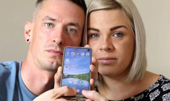 Imagem de casal que descobriu uma vulnerabilidade grave no Android do Samsung Galaxy S10