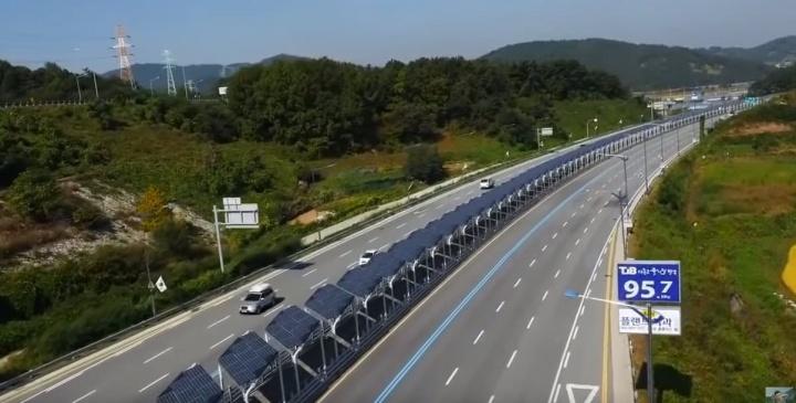 Imagem de ciclovia coberta por painéis solares no meio de uma autoestrada na Coreia do Sul