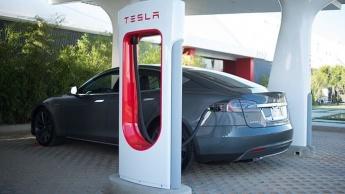 Homem morreu trancado dentro de Tesla Model S e a família agora processa a fabricante