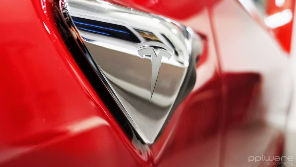 Tesla Smart Summon carro condutor dono