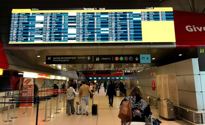 Aeroporto de Lisboa: Sistema de controlo de passageiros apenas lê a mão
