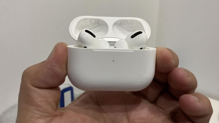 Imagem dos AirPods Pro da Apple prontos para receberem a atualização de firmware