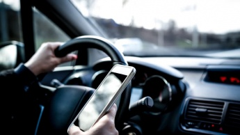 Imagen ilustrativa usar smartphone a conduzir origina em câmaras de vigilância