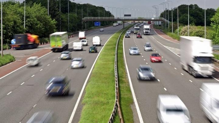 Código da Estrada: Pode ultrapassar um veículo que está a ultrapassar outro?