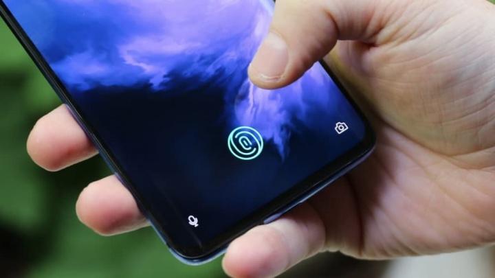 Imagem impressão digital no smartphone One Plus 7 com problema idêntico ao Galaxy S10+