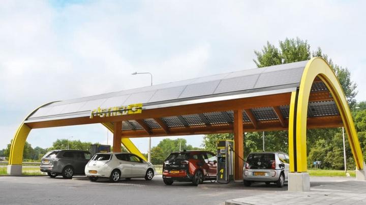 Imagem de carregadores elétricos na Holanda