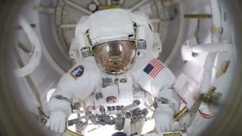 Imagem de astronauta da NASA na Estação Espacial Internacional