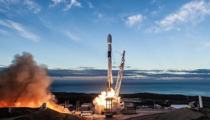 Imagem do lançamento dos satélites Starlink da empresa de Elon Musk, a SpaceX