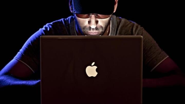 Ilustração de hacker que chatageou a Apple para receber cartões itunes e não apagar contas icloud