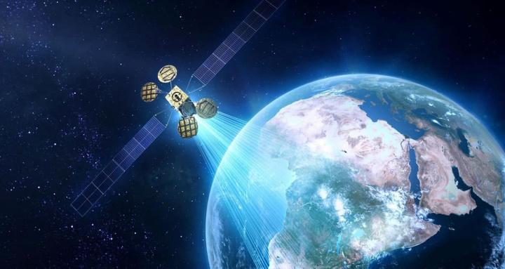Imagem do espaço com satélite a entregar internet na Terra