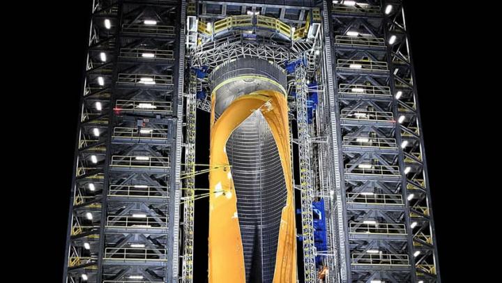 Imagem da explosão do maior tanque de combustível para foguetes da NASA