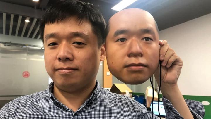 Imagem de investigador da empresa de inteligência artificial Kneron com imagem para passar reconhecimento facial