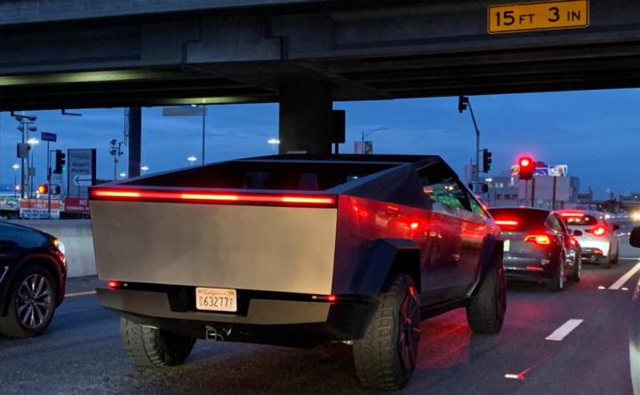 Tesla Cybertruck em grande estilo e conduzida por Elon Musk