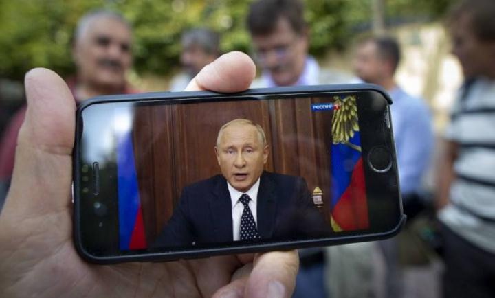 Imagem de smartphone com software obrigatório pela lei da Rússia, segundo Vladimir Putin