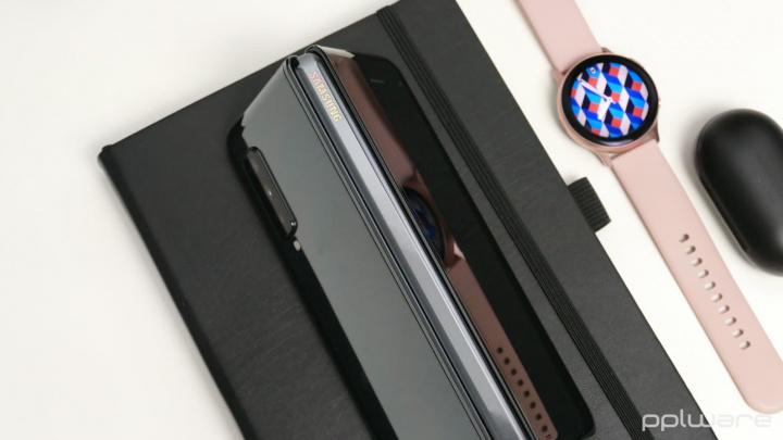 Imagem smartphones com ecrã dobrável