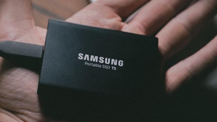 Samsung apresenta SSD que parece um cartão de crédito e tem sensor de impressões digitais portátil compacto T7 Touch CES 2020
