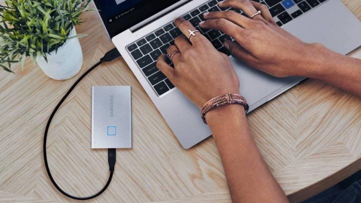 Samsung apresenta SSD que parece um cartão de crédito e tem sensor de impressões digitais