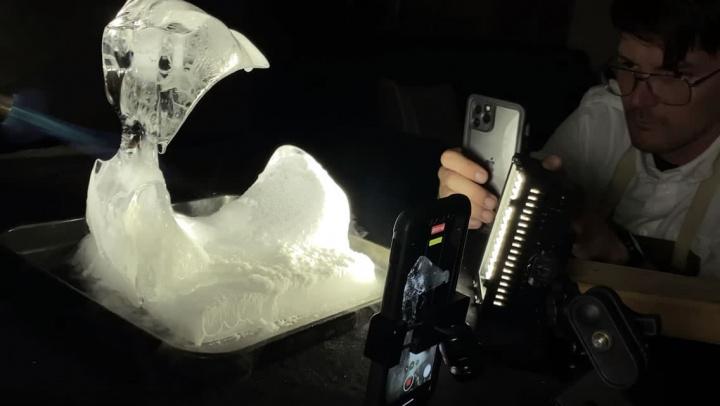 Imagem do vídeo criativo feito pela Apple com um iPhone 11 Pro sobre fogo e gelo