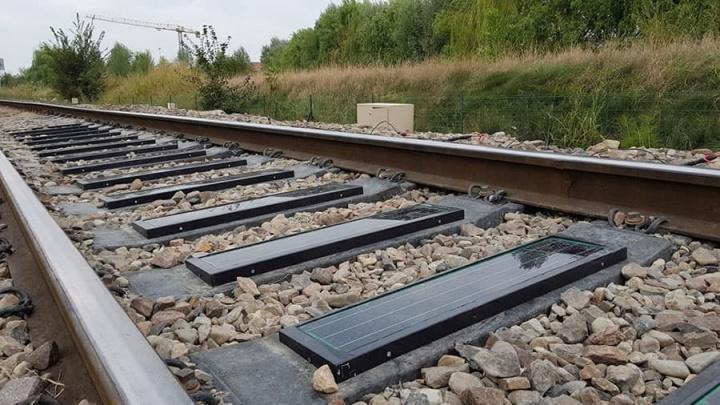 Imagem de linhas de comboio produtoras de energia limpa através das travessas