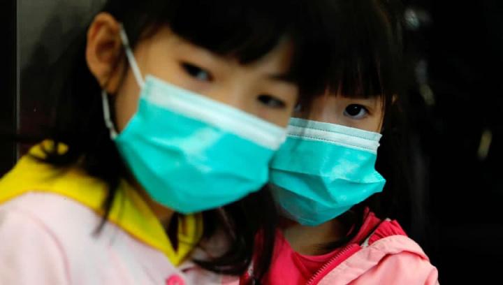 Imagem de crianças chiunesas com mascaras contra o coronavírus