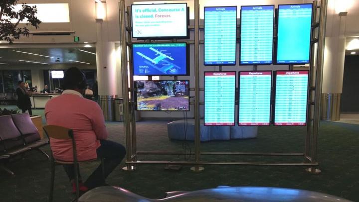 Imagem do homem que desligou ecrã do aeroporto para ligar playstation