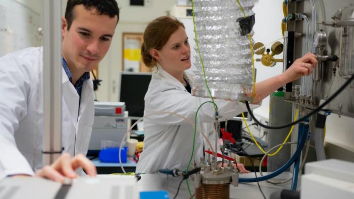 Imagens de cientistas da ESA a testar o reolito para criar oxigénio
