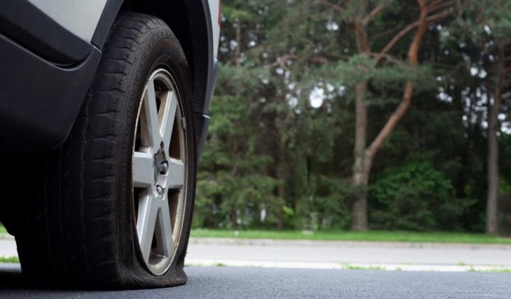 Rebentou um pneu na estrada quando passou num buraco?