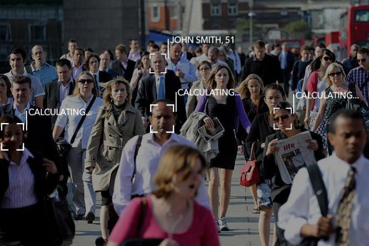 identificação de pessoas na rua com reconhecimento facial