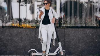 mulher de trotinete e smartphone - imagem freepik