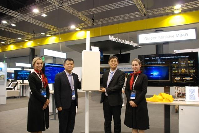 """Executivos da Huawei na apresentação do """"Dual-200"""" Massive MIMO AAU em 2017."""