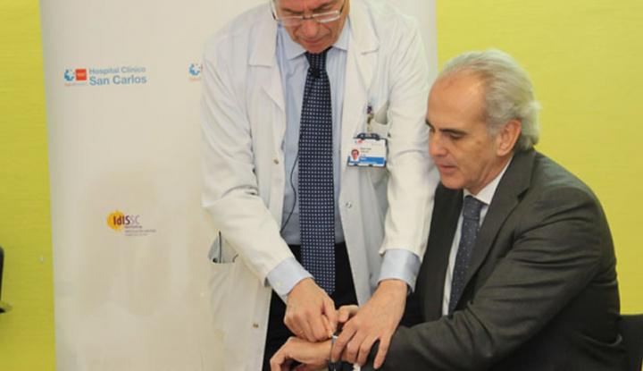 Imagem Dr. Cobos, de Madrid, a executar um eletrocardiograma com o Apple Watch
