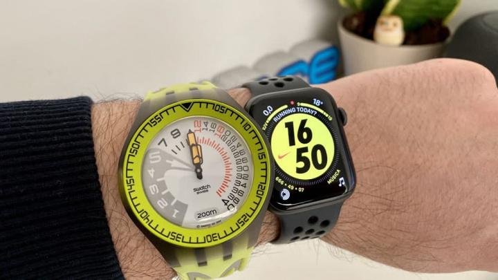 Imagem Apple Watch Series 5 e o relógio Swatch Sport
