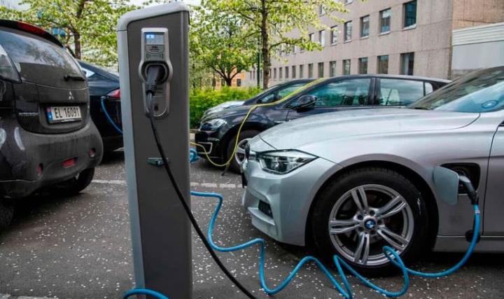 Ilustração carros elétricos que poderão enfrentar falta de baterias por causa do coronavírus na China