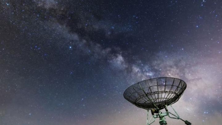 Imagem sinais de rádio de uma galáxia distante serão alienígenas?