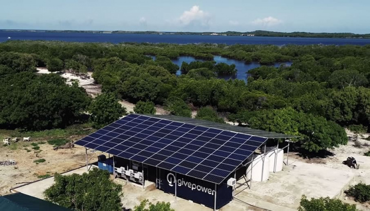 Imagem da central solar instalada no Quénia que transforma água salgada do mar em água potável