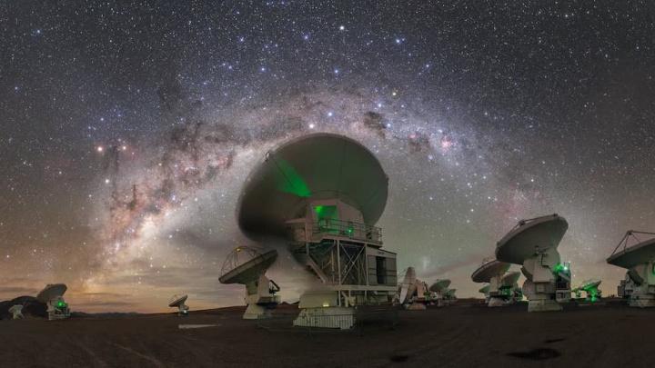 Imagem telescópio a vigiar a via-láctea