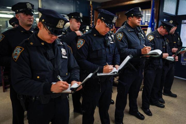 Agentes da polícia de Nova Iorque a tomar notas