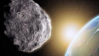 Imagem mini lua a gravitar a Terra