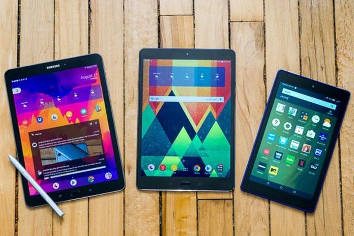 três tablets de marcas diferentes