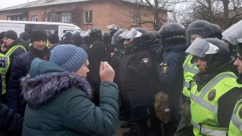 Imagem protestos na Ucrânia por causa dos repatriados que estiveram com o Coronavírus