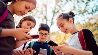 Imagem de crianças com telemóvel