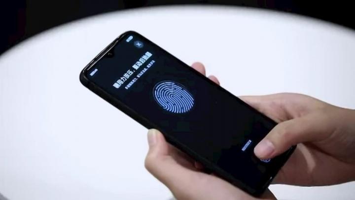 Imagem de um smartphone Xiaomi Redmi com ecrã com leitor de impressões digitais