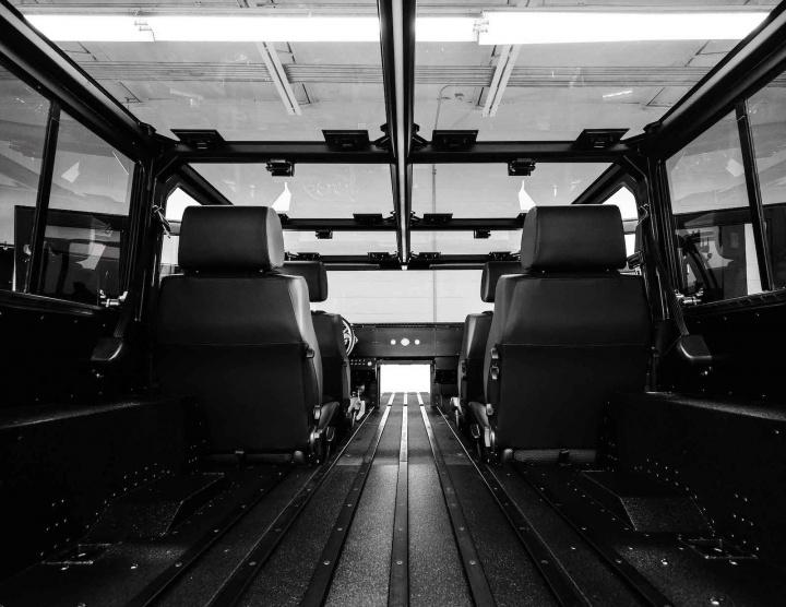 Foto do interior do elétrico da Bollinger Motors