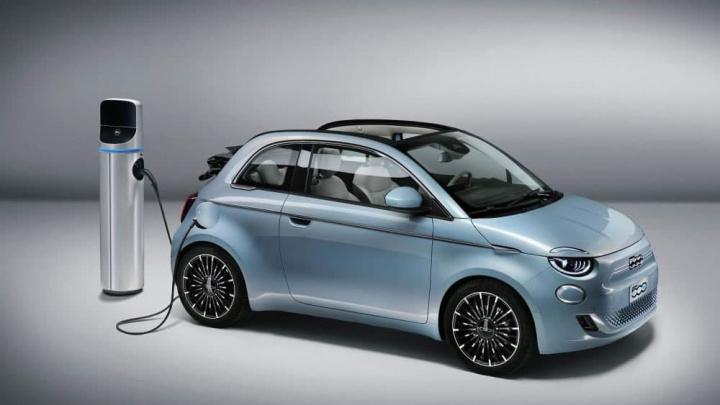 Imagem carro elétrico Fiat 500 a carregar