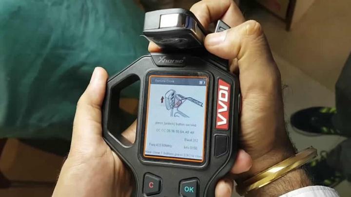 Imagem de equipamento que faz clone do sinal das chaves dos carros